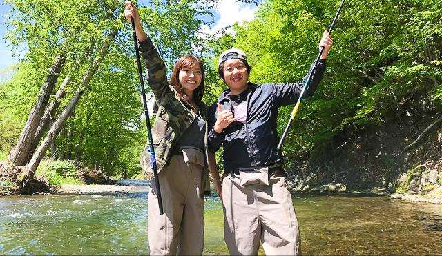 釣りを体験するカップル