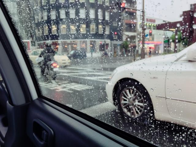 雨のタクシー